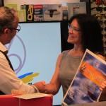 Sabine Büttner, Vorstandsmitglied WVAO, freut sich Robert Fetzer die Urkunde überreichen zu dürfen.