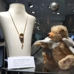 Teddy kann von dem Collier gar nicht mehr den Blick abwenden!